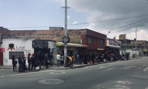 Queue pour faire ses courses pendant la quarantaine dans une épicerie à Bosa (Bogota). Photo de Moisés Gaitán Bautista